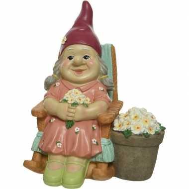 Meisjes tuinkabouter beeld vrouw in schommelstoel 22 cm